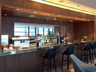 cathay-pacific-lounge-a-well-stocked-bar